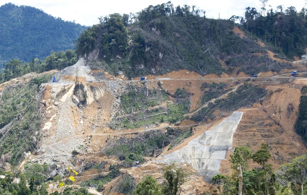 I lavori di costruzione della diga di Murum, Sarawak, Borneo, Malesia.