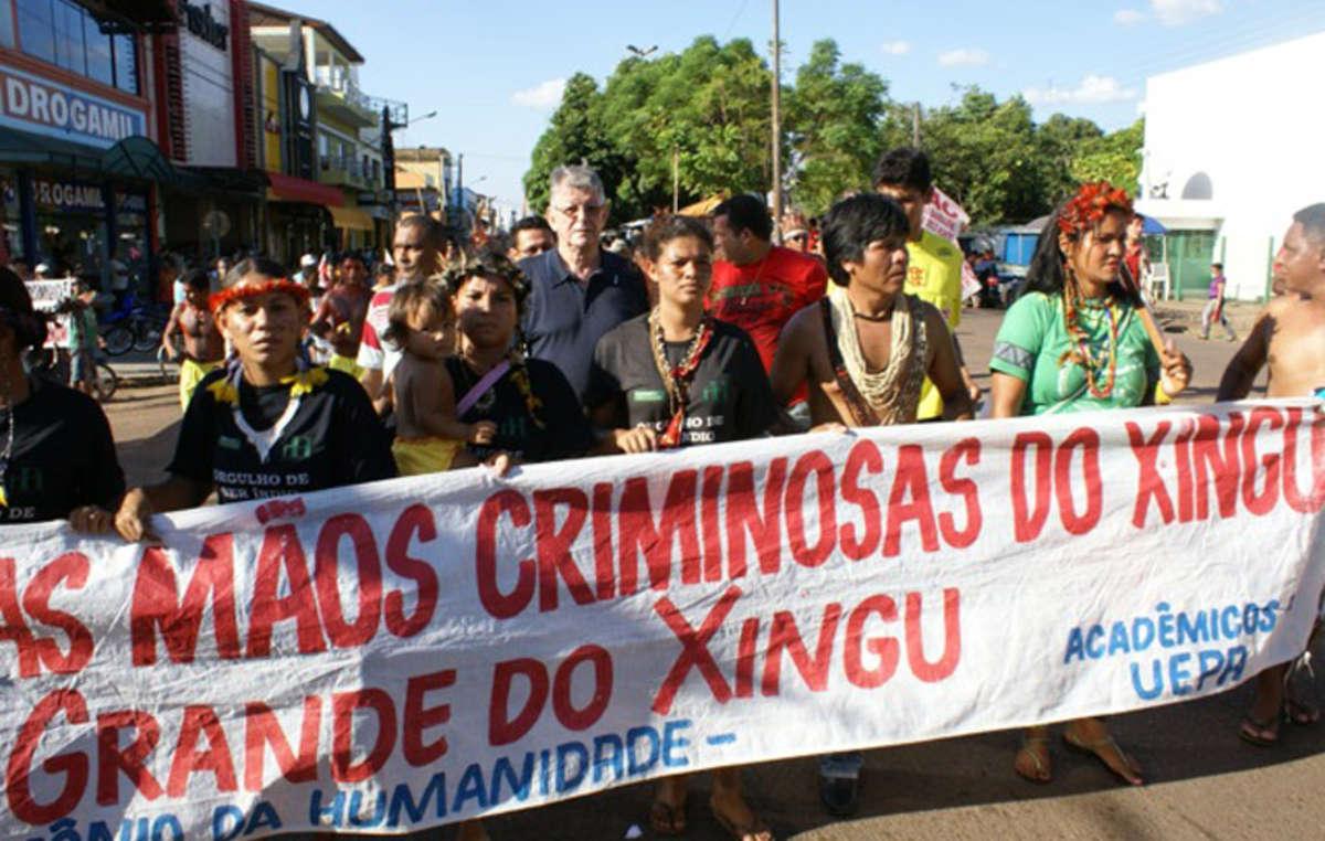 Bispo Erwin Kräutler (centro) marcha contra a hidrelétrica de Belo Monte