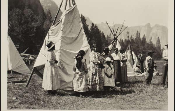 """Awahnechee mussten zwischen 1916 und 1929 im Yosemite Nationalpark für Touristen so tun, als wären sie """"Prärie""""-Indianer der Great Plains."""