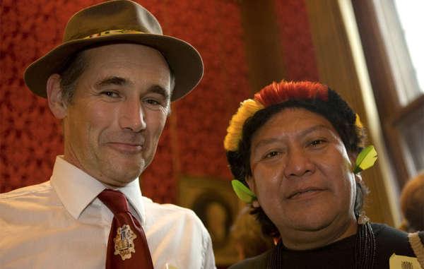 Survival-Botschafter Sir Mark Rylance mit dem Yanomami-Schamanen Davi Yanomami.