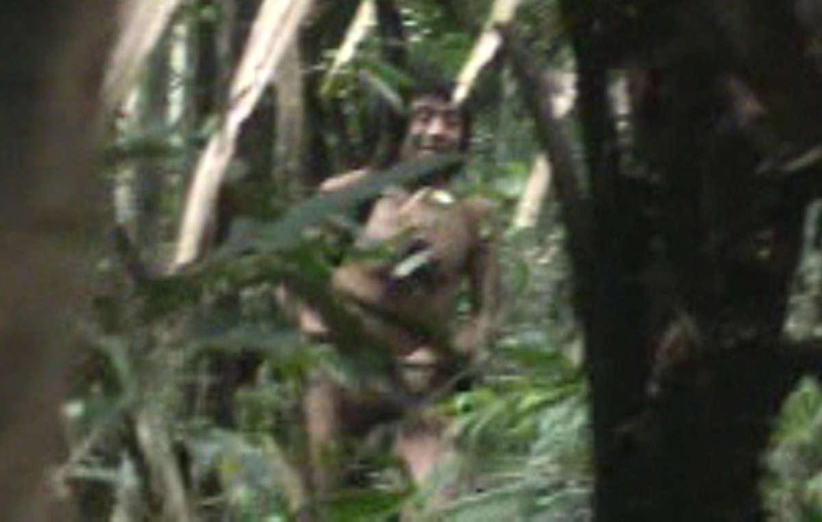Les derniers des Kawahiva sont constamment en fuite pour échapper aux bûcherons et aux puissants éleveurs. Image de lenregistrement vidéo pris par des agents gouvernementaux lors d'une rencontre fortuite avec les Indiens.