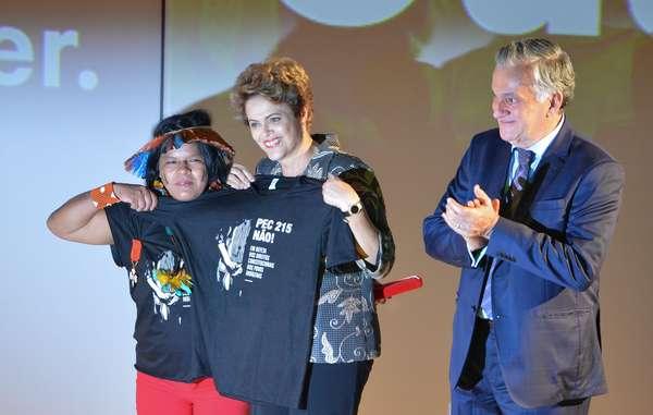 Anche Sonia Guajajara ha ricevuto l'onorificenza. Sul palco con la Presidente Rousseff ha protestato contro una proposta di emendamento costituzionale che minaccia i popoli indigeni del Brasile.