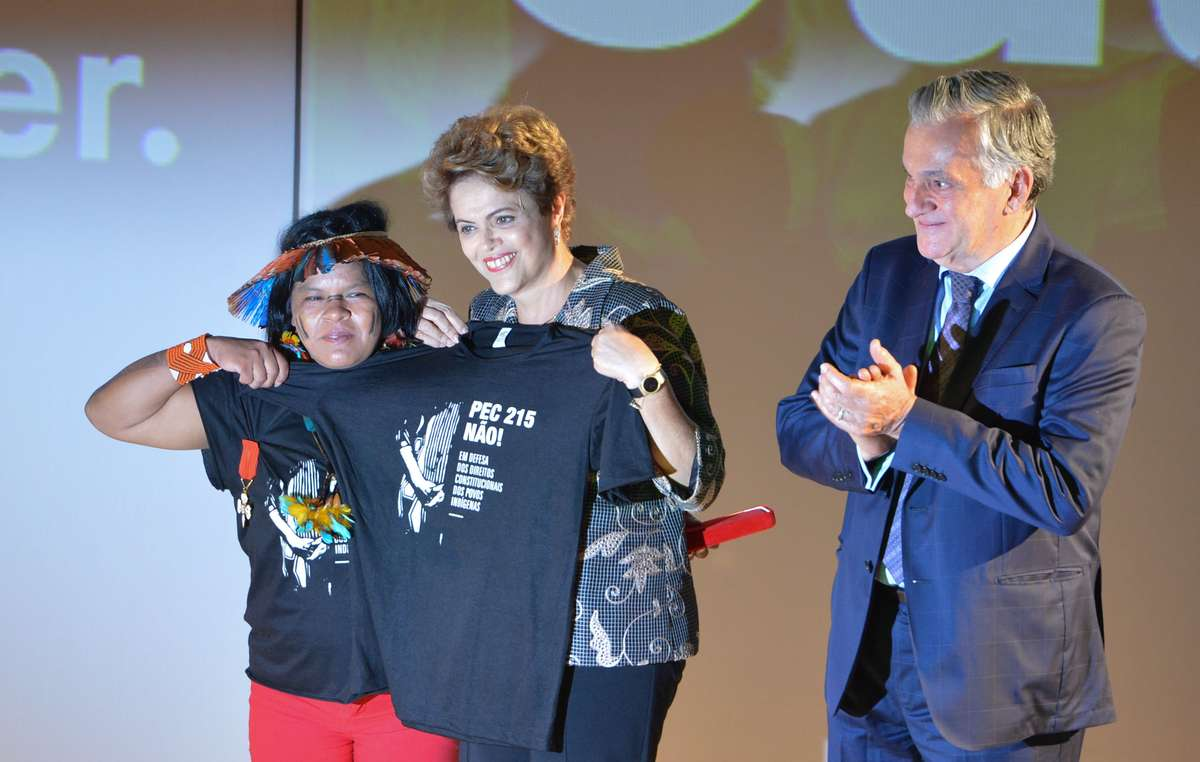 A Sonia Guajajara também recebeu a Ordem. No palco com a Presidente Rousseff, ela protestou contra uma proposta que seria desastrosa para tribos de todo país.