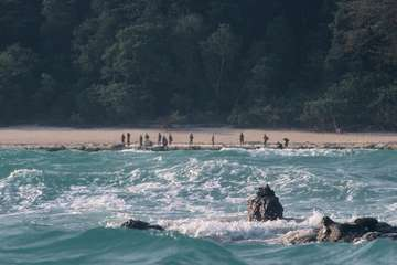 Ein Sentinelese am Strand. Dieses Bild wurde 2006 von einem Boot aus aufgenommen.