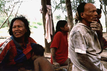 Ibore und Parojnai mit ihren Kindern einen Tag nachdem sie aus dem Wald gekommen sind, 1998