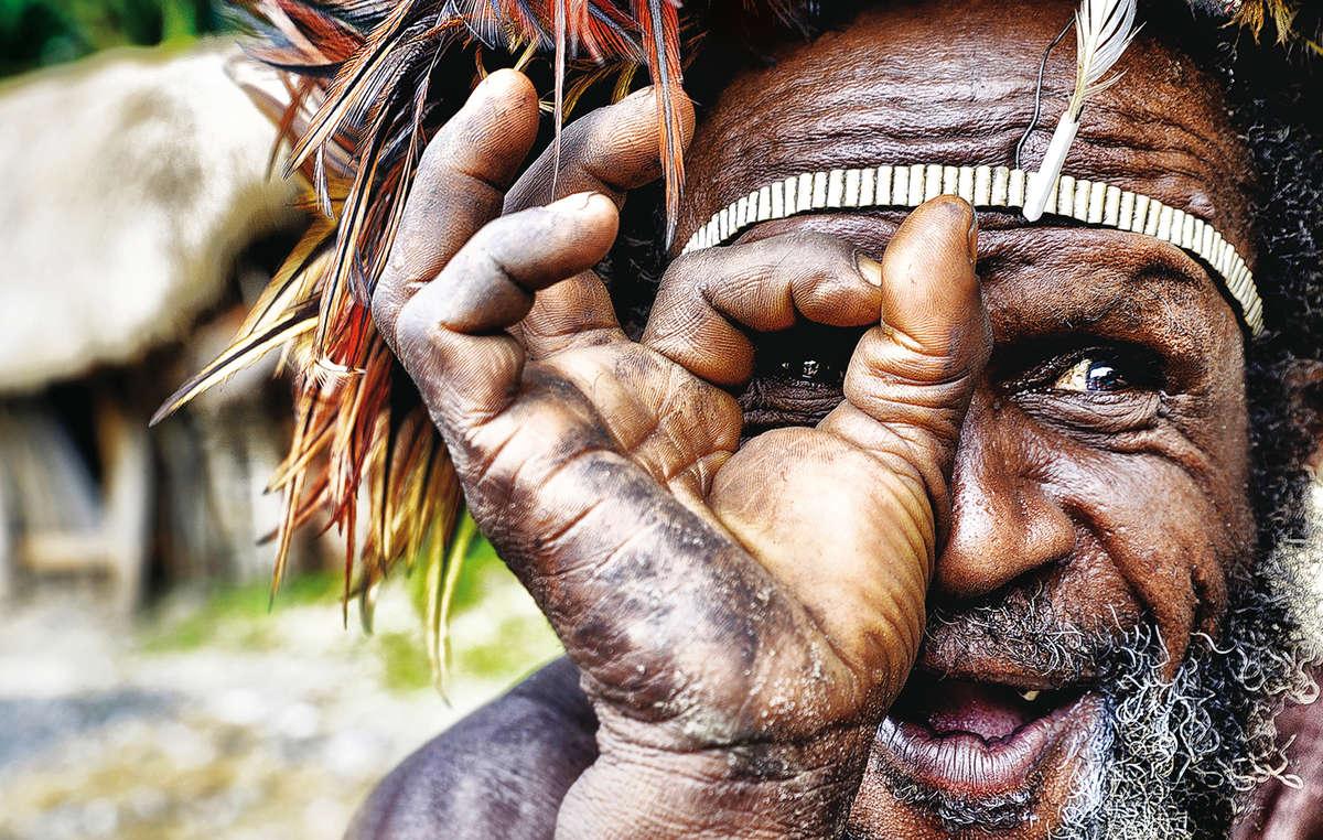 La splendida immagine vincitrice del calendario 2017. Un uomo Dani del Papua Occidentale, di Magda Zelewska.