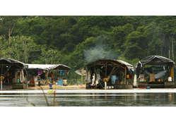 Camp flottant d'orpailleurs sur le Litany, 2008.