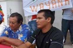 Kumalé Pleike assis à côté du Gran Man Amaïpoti siégeait au conseil d'administration du parc amazonien où il représentait les instances coutumières. Il s'est donné la mort en 2008.
