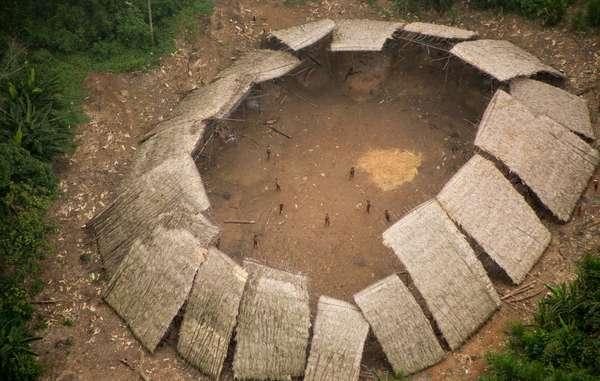 Yano de indígenas Yanomami isolados na Amazônia brasileira, fotografia aérea, 2016