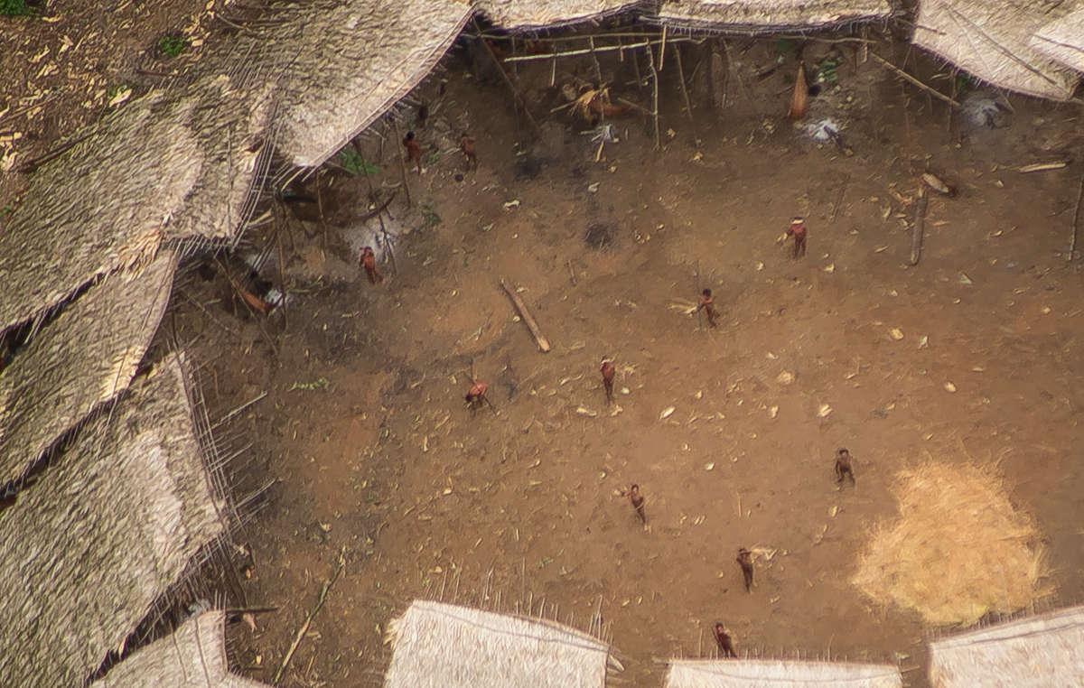 Indígenas aislados yanomamis vistos desde el aire en el centro de su yano (casa comunal). Se estima que un centenar de individuos habitan en ella.