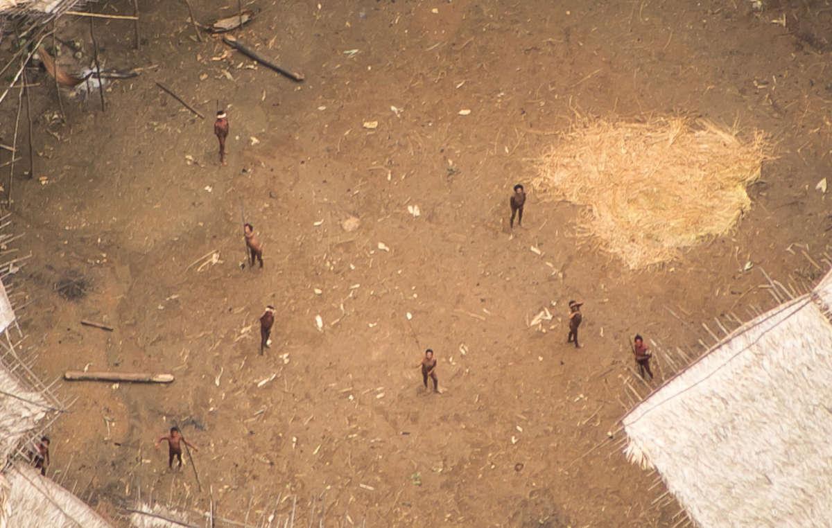 Indígenas isolados Yanomami.