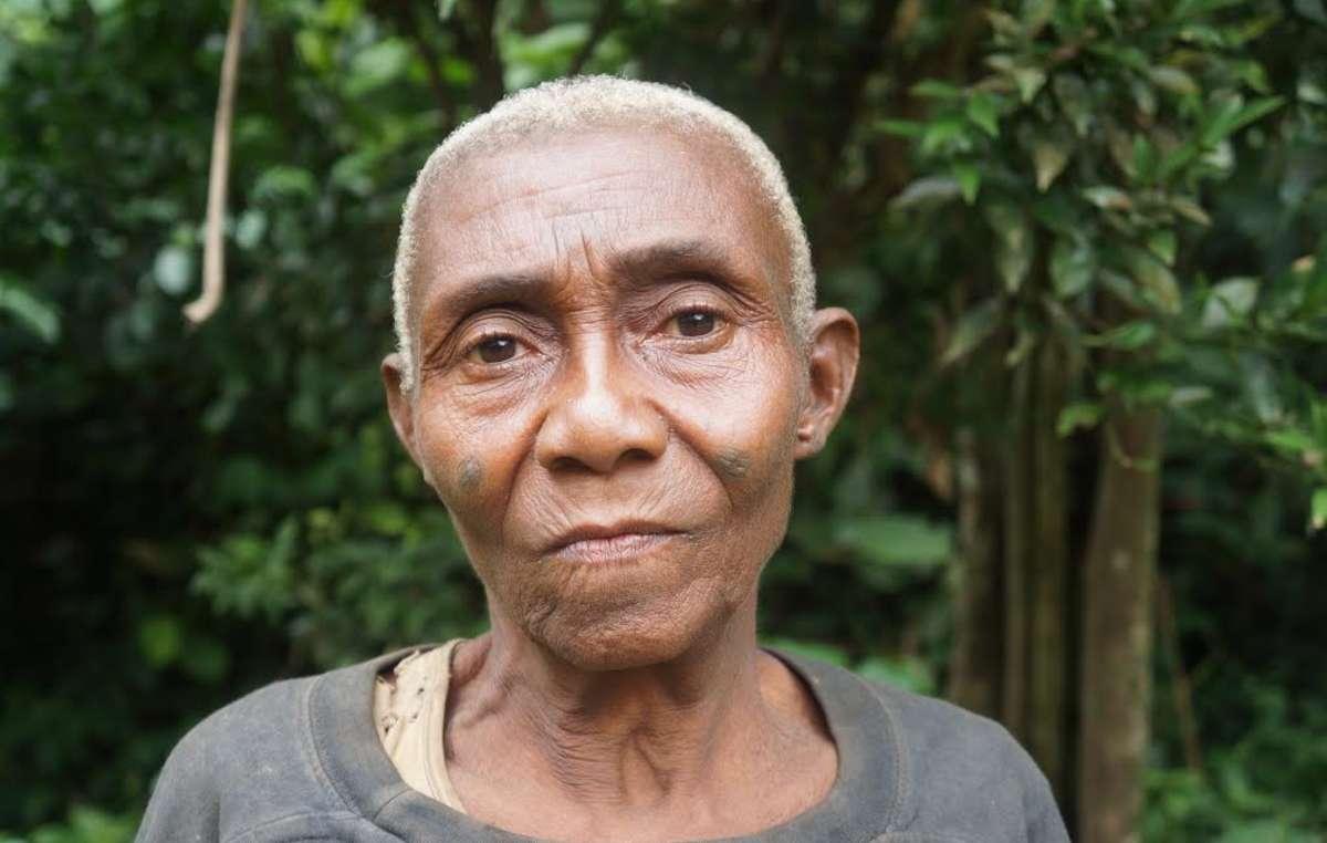 Ndoye, une femme baka vivant au Cameroun. Dans sa communauté seulement, cinq personnes seraient mortes aux mains de gardes financés par le WWF.