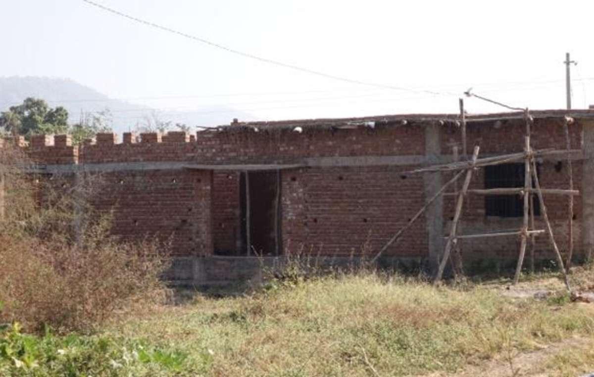 Las instalaciones en los nuevos asentamientos del Gobierno son deficientes. Esta construcción sin terminar iba a ser la escuela de los niños indígenas que fueron reubicados allí hace más de siete años.