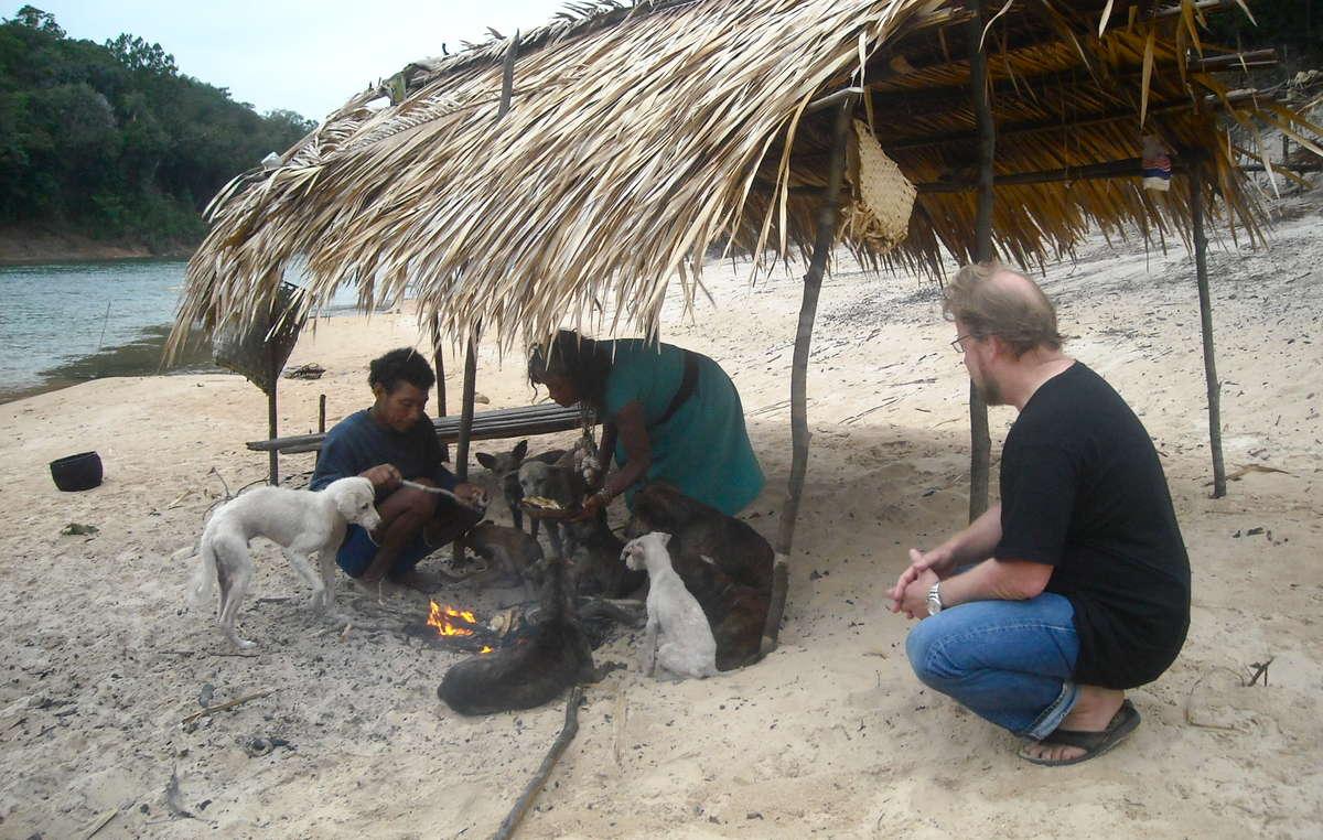 Un couple pirahã mange du poisson pour leur petit-déjeuner