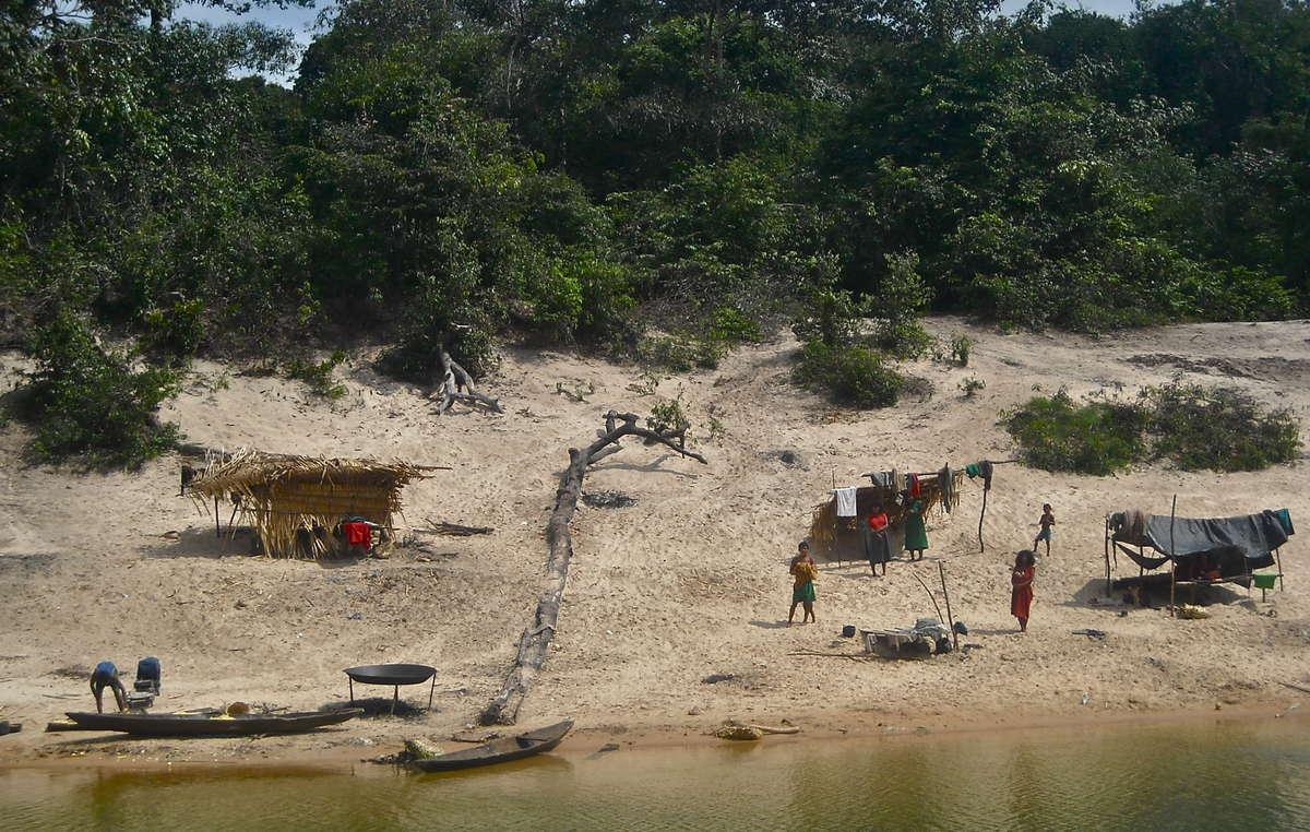 Village pirahã lors de la saison sèche.