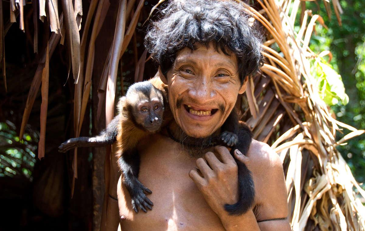 Takwarentxia Awá e seu macaco de estimação, comunidade de Juriti, Brasil