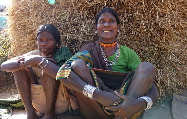 Von einer illegalen Räumung bedrohte Baiga-Frauen, Achanakmar-Tigerreservat. Die Dorfbewohner sind entschlossen zu bleiben und wollen ihr Zuhause im Wald nicht verlassen.