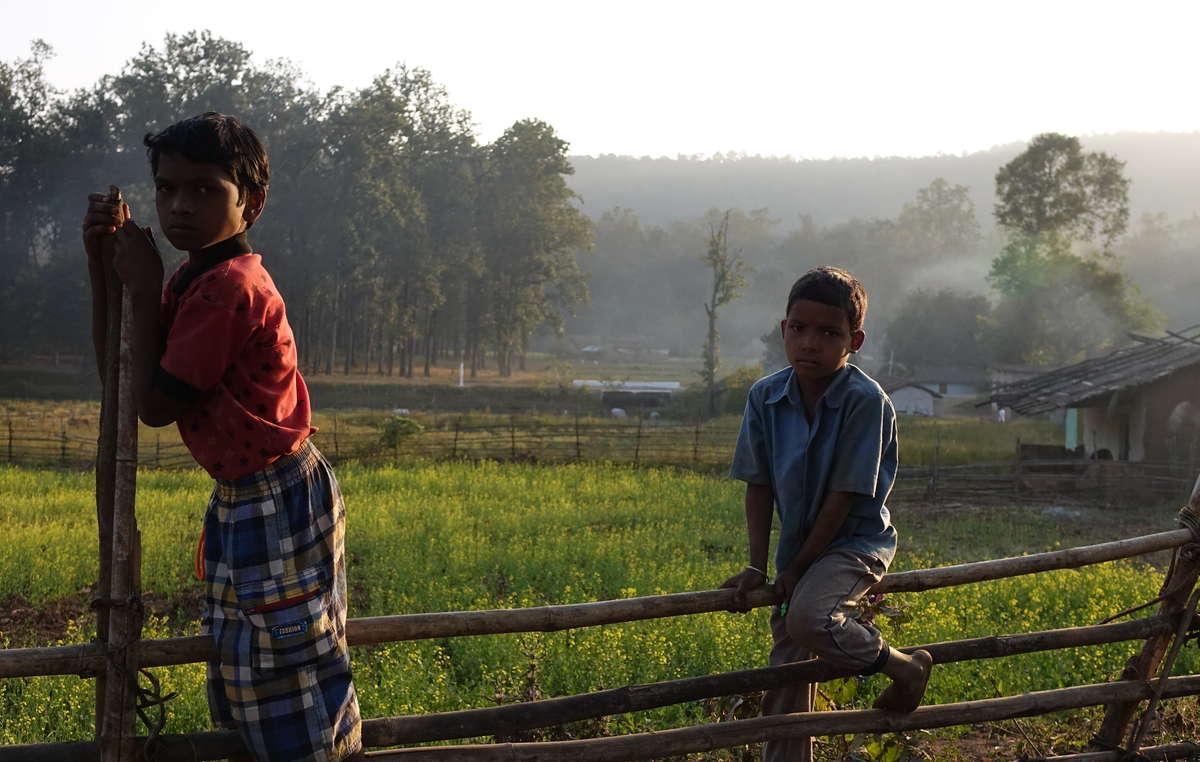 Bambini baiga. Il loro villaggio ha ricevuto un avviso di sfratto, nella Riserva delle tigri diAchanakmar.