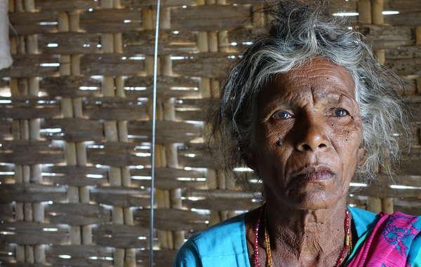 Mulher Chenchu da aldeia de Pecheru. A aldeia foi despejada na década de 1980. Os Chenchu afirmam que, das 750 famílias que viviam na aldeia, apenas 160 sobreviveram após o despejo. Muitos morreram de fome. Reserva de Tigres Nagarjunsagar Srisailam.