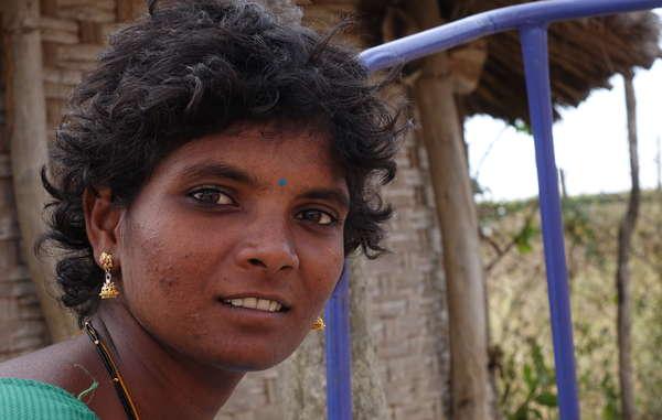 Una mujer chenchu de la comunidad Pecheru, expulsada de la reserva de tigres de Nagarjunsagar Srisailam. Los chenchus informan de que de las 750 familias que solían vivir allí solo han sobrevivido 160 después de la expulsión.