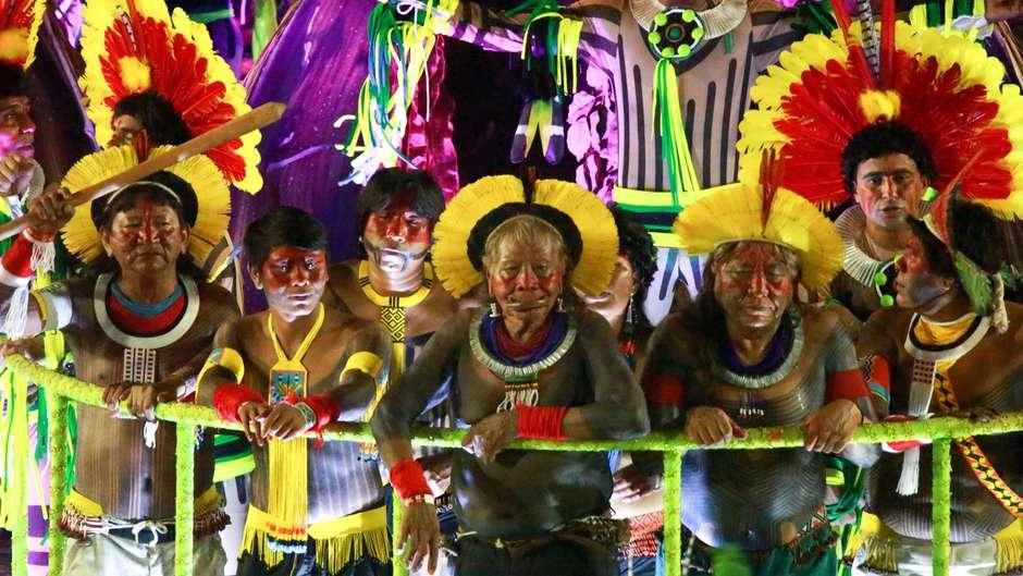 Indígenas do Xingu desfilaram ontem na Sapucaí dando visibilidade a sua luta