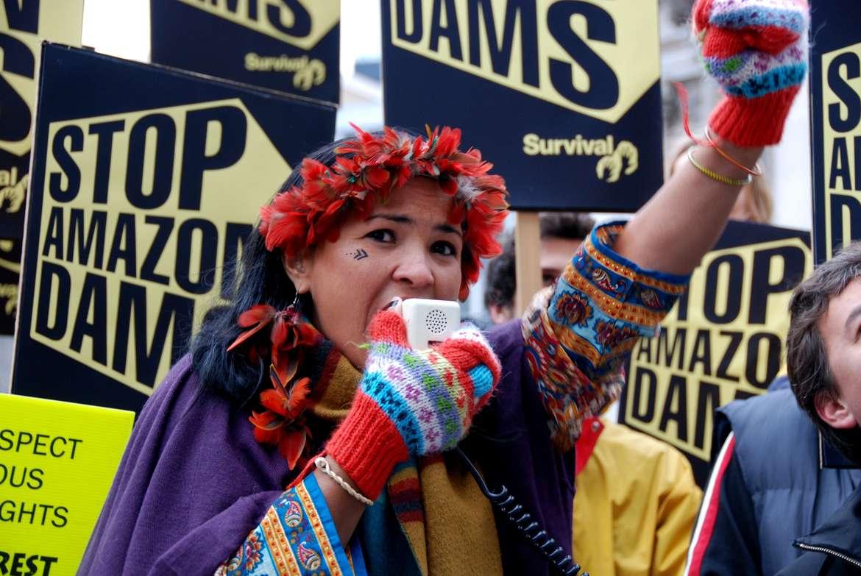 Protesta en Londres contra la construcción de tres megapresas en la Amazonia.