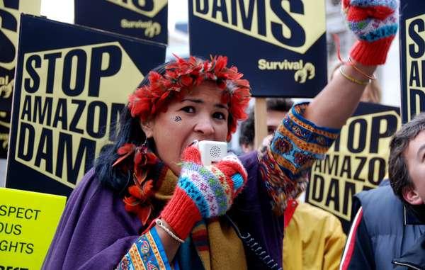 Die Dämme drohen das Land und Leben tausender Indigener zu zerstören.