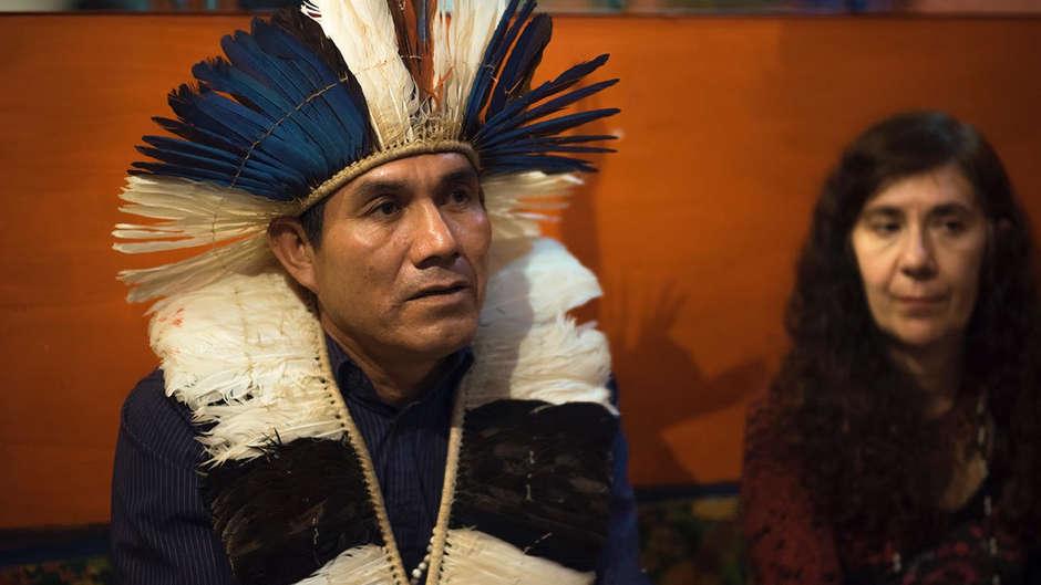 Ein Guarani-Anführer demonstriert mit Survival International gegen die Vernichtung seines Volkes