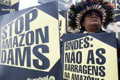 Les Indiens dAmazonie appellent à larrêt de la construction du barrage de Belo Monte.
