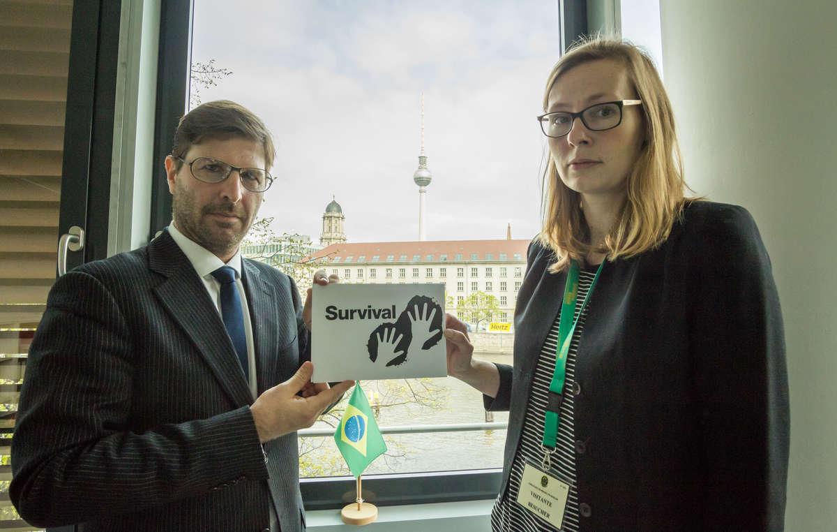 Survival International ha entregado una carta en la Embajada de Brasil en Berlín para defender los derechos de la tierra de los guaraníes y otros pueblos indígenas.