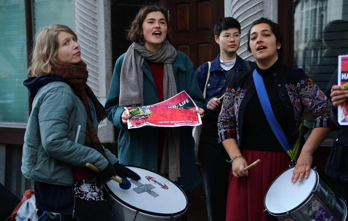 Manifestantes ante la Embajada de Brasil en Londres exigen que se respeten los derechos indígenas.