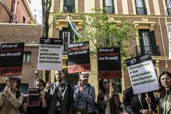 Concentración ante la Embajada brasileña en Madrid con motivo del Dia do Indio para protestar contra el robo de tierras indígenas.