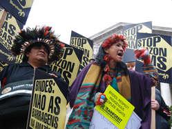Die Indianer fordern einen Baustopp der drei kontroversen Staudämme im Amazonasgebiet.