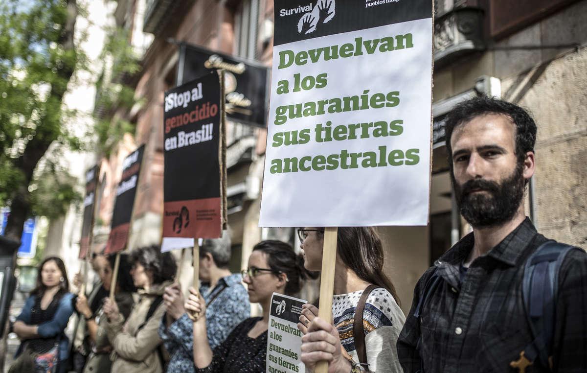 Anlässlich anti-indigener Gesetzesvorhaben in Brasilien, gab es rund um die Welt Proteste für die Rechte indigener Völker.