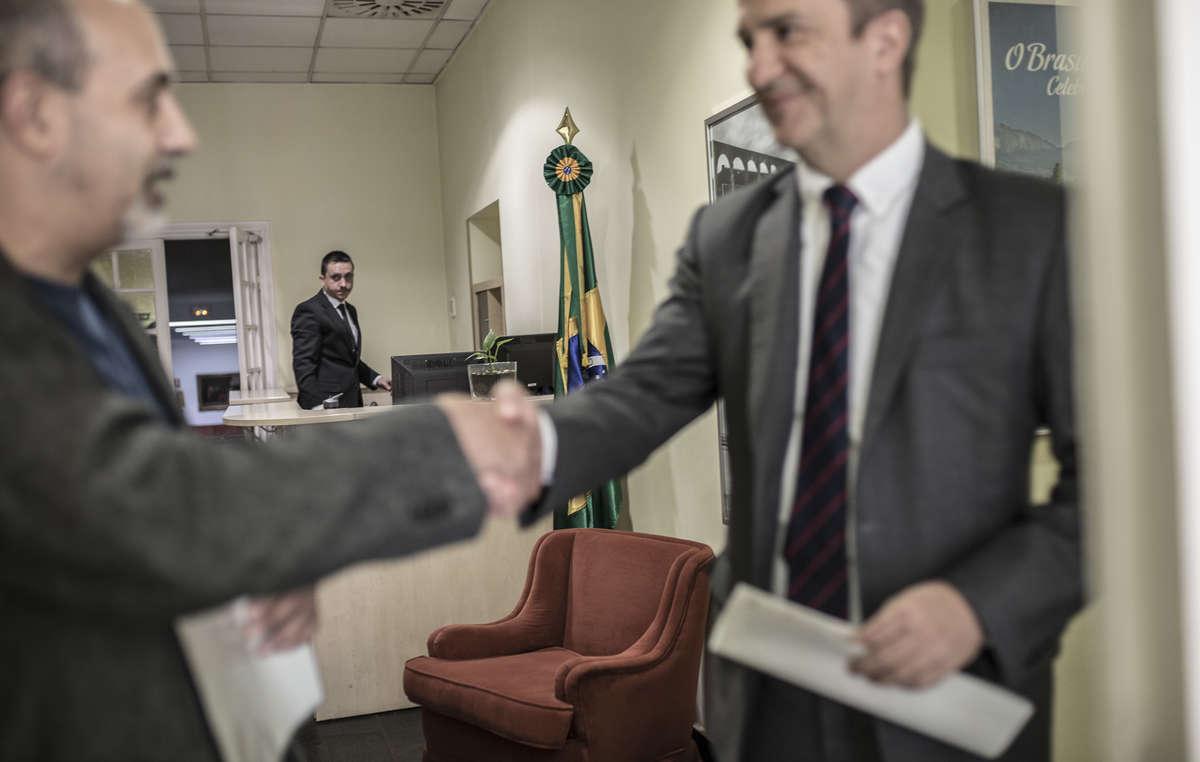 Activistas entregan una carta en la Embajada de Brasil en Madrid para pedir que se respeten los derechos indígenas.