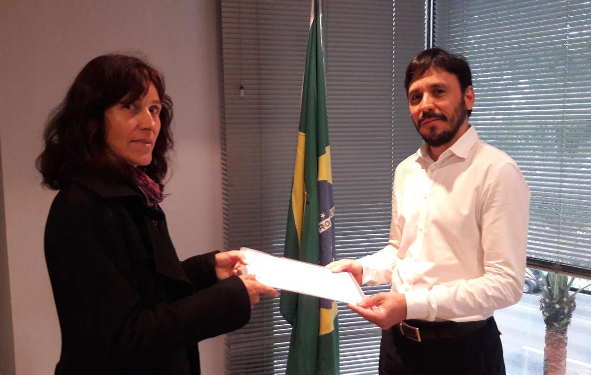 Activistas entregan una carta de Survival en el Consulado de Brasil en Barcelona para que se respeten los derechos de los guaraníes y otros pueblos indígenas brasileños.