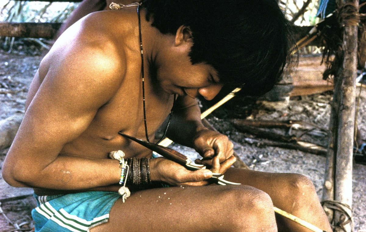 Un hombre urueu wau wau construye una flecha