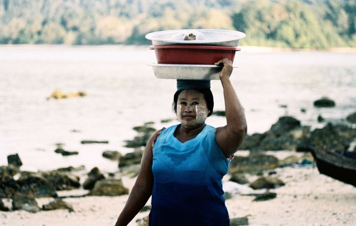 Eine Moken-Frau unterwegs auf Lampi Island, Myanmar.