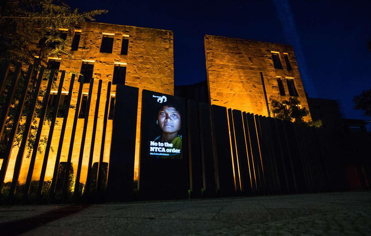 Survival proyecta en la fachada de la Embajada India en Berlín el rostro de una mujer indígena expulsada de su tierra.