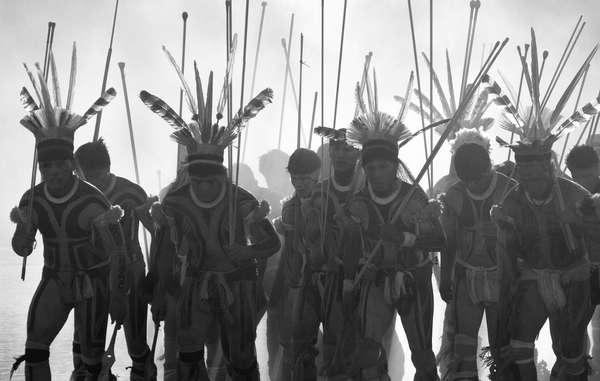 Bella imagen de indígenas kalapalos de Brasil, de Renato Soares.