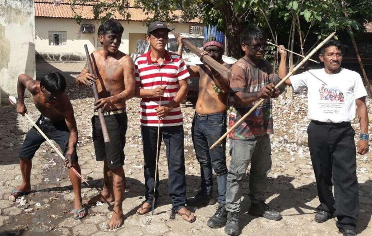 Guardianes guajajaras protestan por la protección de su tierra.