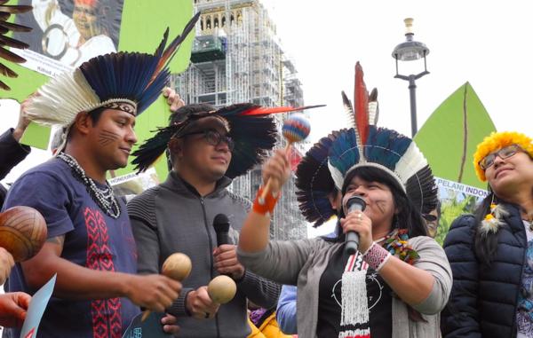 Indígenas brasileiros protestam na Europa pelos seus direitos