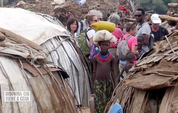 Il progetti di sviluppo in corso nella valle dell'Omo stanno riducendo molte comunità indigene a dipendere dalle mance dei turisti e dagli aiuti alimentari del governo per sopravvivere. Prima erano largamente autosufficienti.