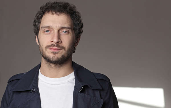 L'attore italiano Claudio Santamaria guida la campagna mondiale di Survival International per i popoli incontattati.