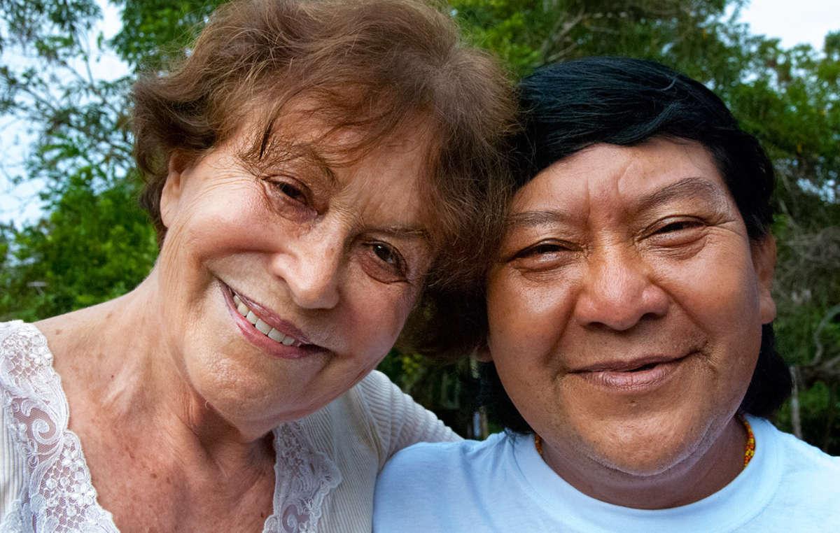 La fotografa e attivista Claudia Andujar con lo sciamano Davi Kopenawa, portavoce degli Yanomami, 2010.