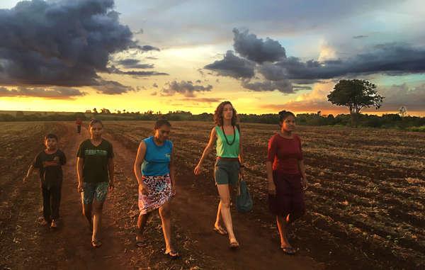 Sarah Shenker unterwegs mit Angehörigen der Guarani-Gemeinde aus Guaviry