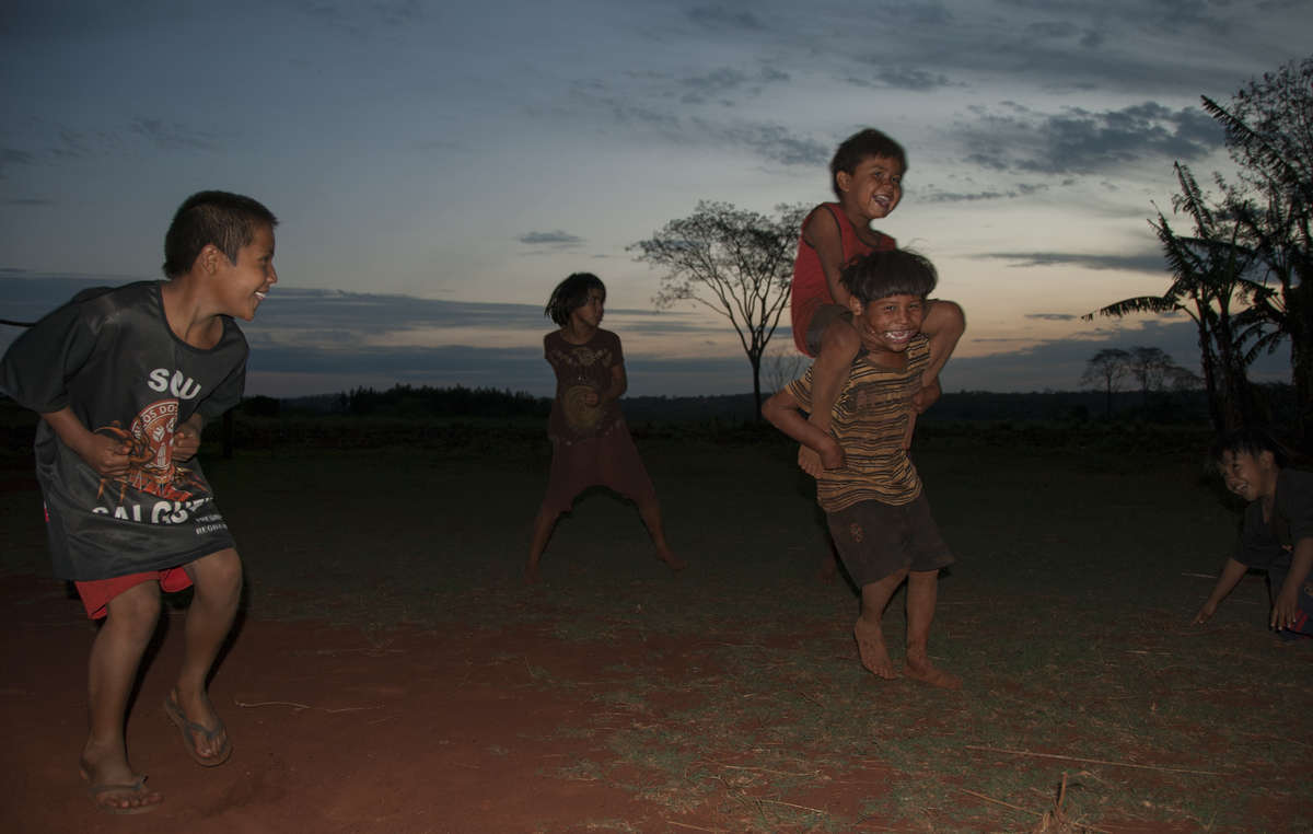 Kinder spielen bei Sonnenuntergang. In dieser schwierigen und von Gewalt geprägten Zeit zeigt die Gemeinschaft eine erstaunlich hohe Widerstandsfähigkeit.