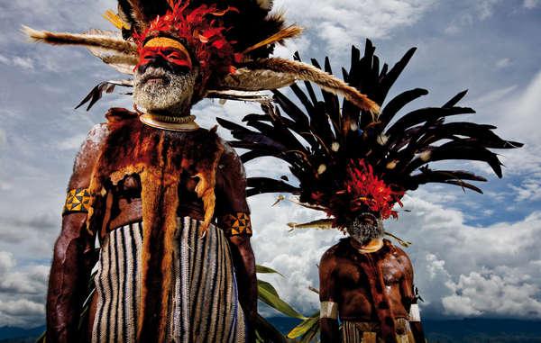 Mindima-Älteste, Neuguinea, 2008. Eine von sechs Sprachen der Erde kommt aus Neuguinea. Indigene Völker stellen einen wesentlichen Teil der Vielfalt der Menschheit dar. Survival-Kalender 2019.