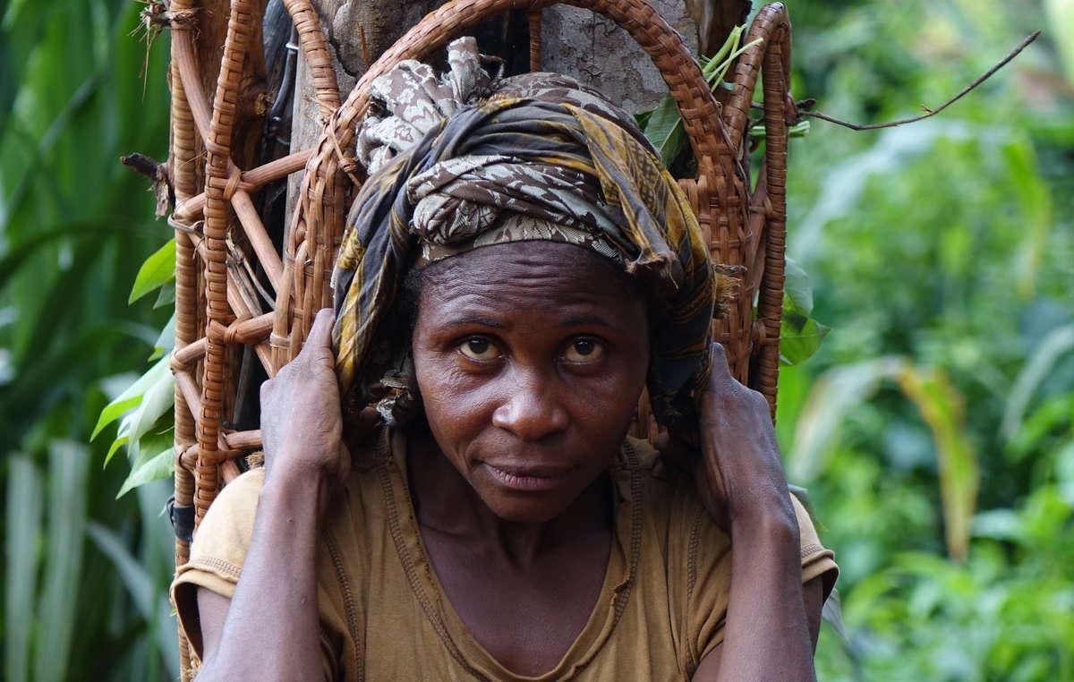 Eine Baka-Frau sammelt Walderzeugnisse.