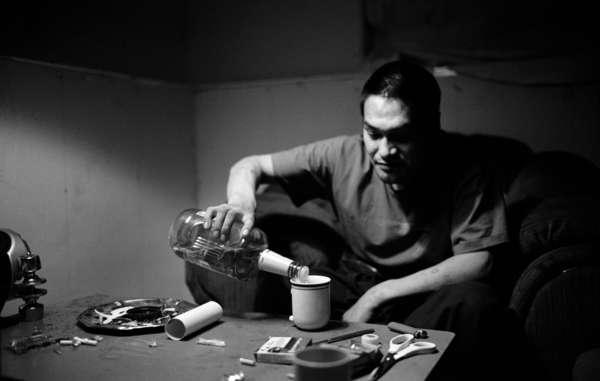Geschmuggelter Whiskey wird in einem Keller in Natuashish eingeschenkt. Gefangen zwischen zwei Welten, kämpfen die meisten jungen Innu mit Alkohol- und Drogenproblemen.